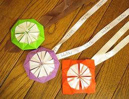 飾り-オーナメント-母の日-バレンタインデー-バレンタインデイ-雛祭り-バレンタイン-ひな祭り-クリスマス-ダリア-折り方-手作り-カード-折り紙-簡単-工作-子供-保育園-幼稚園-作り方-幼児-ぼんぼり-謝恩会-卒業式-入学式-卒園式-コースター-くす玉-メダル-バッジ-カチューシャ