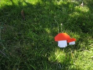 芝生に生えてる折り紙のキノコ