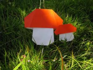 芝生に生えた折り紙きのこ