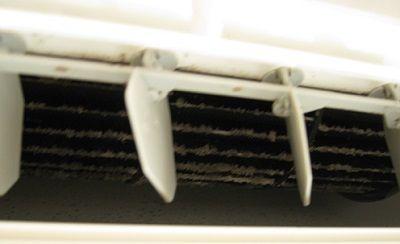 見事なエアコン内部の汚れ